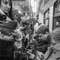 Люди в метро. Час пик :: Алексей Окунеев