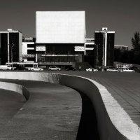 Вид на театр из-под стелы :: Николай Семёнов