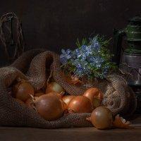 Натюрморт с луком и голубыми цветами :: Светлана Л.