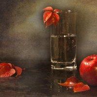 Натюрморт  с яблоком :: Татьяна Панчешная