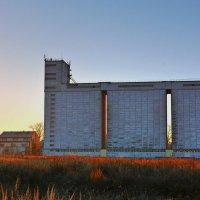 Зернохранилище в лучах заходящего солнца :: Семен Кактус
