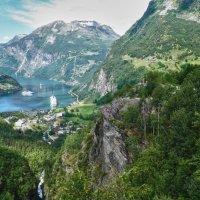 Над водопадом, стекающим во фьорд :: Светлана Игнатьева