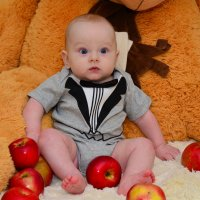 Карапуз и яблоки :: Alex Wolf