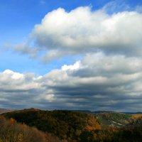 Вьют облака себя из синевы. Из пустоты, из ничего. И тихо тают... :: Евгений Юрков