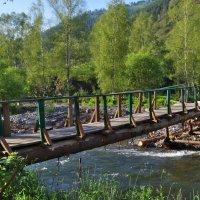 Самодельный мост. Основа--2 лиственницы, спиленные в горах и приволоченные трактором. :: Михаил Артемьев