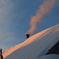 А над крышей дым клубится :: Татьяна Ломтева