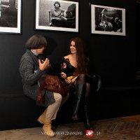 На выставке. Фотограф и модель :: Андрей Березин