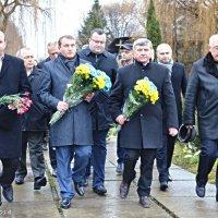 Покладання квітів Героям небесної сотні :: Степан Карачко