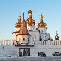 вход в Свято Троицкий монастырь :: Сергей Швечков