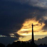 Памятник матери и грозовое небо. :: Юлия Иная