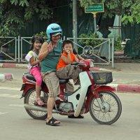 Лаос. Вьентьян. Весёлые ребята (6) :: Владимир Шибинский