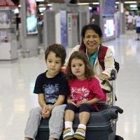 Таиланд. Аэропорт Суварнабхуми. Бабушка и внуки :: Владимир Шибинский