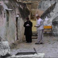 У кельи-монах и прихожанин«Израиль, всё о религии...» :: Shmual Hava Retro