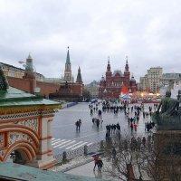 Вид на Красную площадь из окна собора Василия Блаженного :: Владимир Болдырев