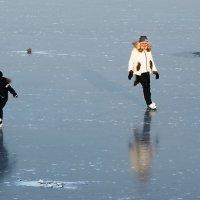 Катание по первому льду. :: Виктор Евстратов