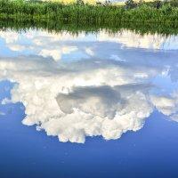 Облака по реке :: юрий Амосов