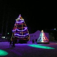 Новогодняя ель в сельском райцентре :: Виктор