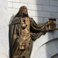 Восточный  фасад   собора.Правая оконная арка портала. :: Galina Leskova