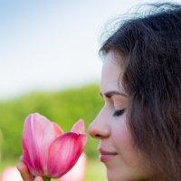 Ирина с тюльпаном :: Irina Rudakova