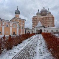 На монастырском дворе. :: Евгений Никифоров