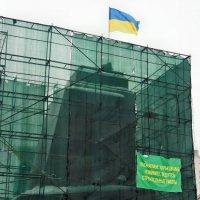 Новый год на площади Свободы. Все, что осталось от Ильича... :: Александр Резуненко