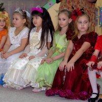 Сидят девчонки,сидят в сторонке... :: Лариса Красноперова