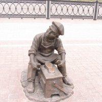 Маленький чистильщик обуви на Набережной в г.Астрахани :: Герович Лилия