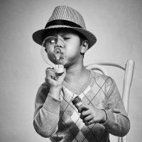 маленький джентльмен надувающий шарики :: Сергей Щеглов