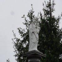 Скульптурное изображение Матушки Богородицы с Младенцем, венчающее стелу :: Елена Павлова (Смолова)