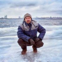 На фоне зимней реки :: Оксана Артюхова