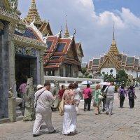 Таиланд. Бангкок. Комплекс королевского дворца. Туристы :: Владимир Шибинский