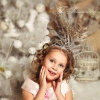 Девочка возле елки :: Татьяна Семёнова