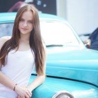 девушка рядом с машиной :: Илья Касимов