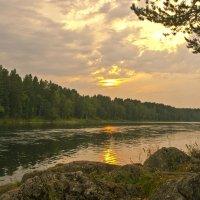 Вечер на реке :: юрий Амосов