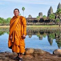 У каждого своя дорога… Буддийские монахи в храме Ангкор Ват :: надежда корсукова