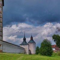 Тучи над Кирилло-Белозерским монастырём :: Светлана Лысенко