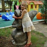 Девочка и белочка :: Нина Корешкова