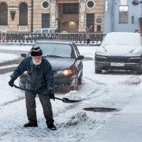 Дед Мороз переквалифицировался  в дворники :: Николай