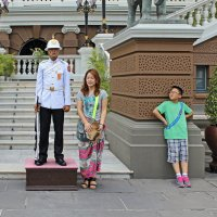 """Таиланд. Бангкок. Китайский мальчик: """"Ого, Обама и сюда пролез!"""" :: Владимир Шибинский"""