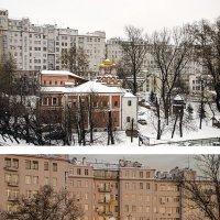 Серый дом на набережной: хмурое утро - солнечный вечер :: Ирина Шарапова