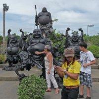 Таиланд. Паттайя. Китайские туристы у китайского храма :: Владимир Шибинский