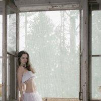 девушка на балконе :: Владимир Смирнов
