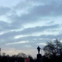 Небо и памятник :: Николай Филоненко