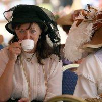 дама в шляпке с чашкой чая :: Олег Лукьянов
