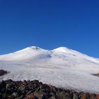Эльбрус величавый ясным ранним утром. На восточной вершине слева отчётливо видны скалы Ленца. :: Vladimir 070549