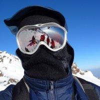 Селфи на скалах Ленца на высоте 4800 м на фоне восточной вершины Эльбруса :: Vladimir 070549