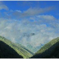 Облака на горной дороге :: Alexandr Яковлев