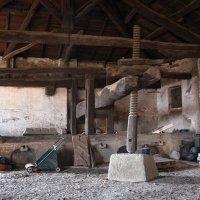 Большущий старый пресс для отжима винограда... Гави (Италия) :: Виктор Семенов