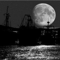 Ночью кораблики спят у причала... :: Сергей Данила