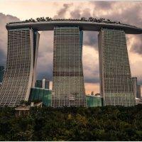 Marina Bay Sands... Вечерело в Сингапуре... :: Александр Вивчарик